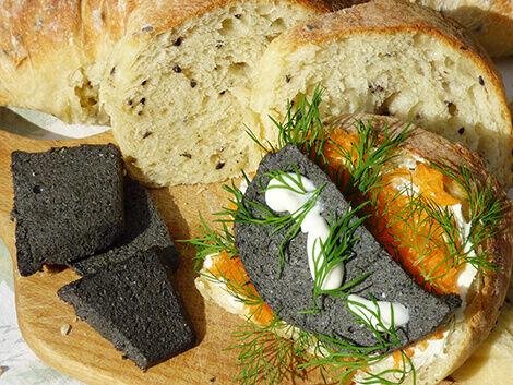Fekete sajt fekete szezámmagos gyökérkenyérrel vegán recept bulkshop növényi alapú plantbased