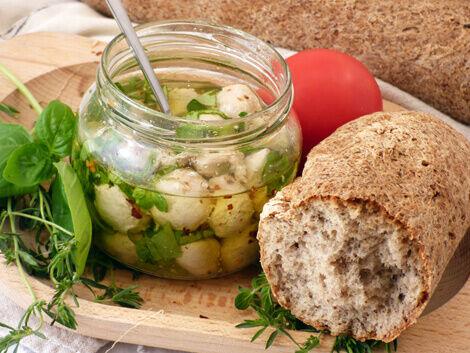 Növényi sajtgolyók zöldfűszeres olajban, gluténmentes bagett kenyérrel bulkshop vegán recept plantbased növényi alapú